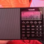 Tecsun PL-880 tuning in a ham radio operator